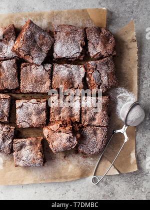 Chocolate y Nueces de Macadamia Brownies Imagen De Stock