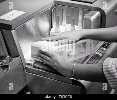 1960 MANOS DE MUJER cargando datos en tarjetas perforadas DEL SIGLO 20 PC CARD READER - MÁQUINA S11208 HAR001 HARS OCUPACIÓN HABILIDADES DEL SIGLO 20 curso Innovación conceptual en ocupaciones de alta tecnología cerca de los orificios de entrada y salida del lector de tarjeta perforada de precisión representada EN BLANCO Y NEGRO la etnia CAUCÁSICA HAR001 OBSOLETO ANTICUADO Imagen De Stock