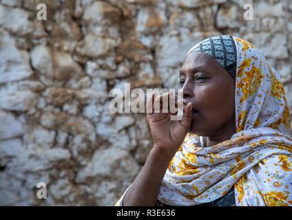 Velado harari mujer haciendo ululation durante una ceremonia musulmana, Región Harari, Harar, Etiopía Imagen De Stock