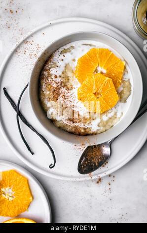 Naranja Vainilla pudín de arroz con leche de coco Imagen De Stock
