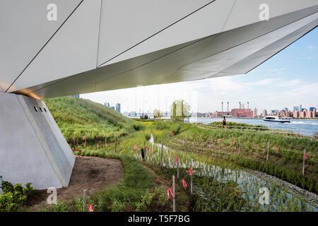 Los pastizales y East River desde debajo de las vistas. Hunters Point South Park, Nueva York, Estados Unidos. Arquitecto: SWA/Balsley en colaboración con Imagen De Stock