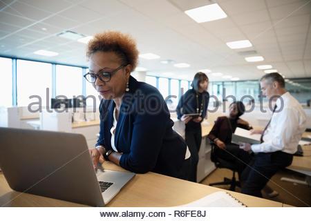 La empresaria con laptop en oficina Imagen De Stock