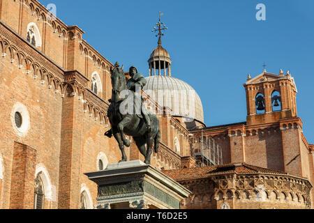 La estatua ecuestre de Bartolomeo Colleoni de Verrocchio en el Campo Santi Giovanni e Paolo; Venecia, Véneto, Italia Imagen De Stock