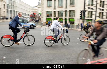 Los ciclistas en ciclo empresa autopista Norte-Sur la noche se trasladan desde el centro de la ciudad de Londres Imagen De Stock