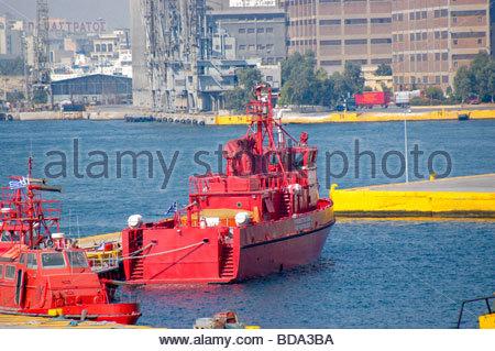 Lucha contra incendios de barcos en Pireo Grecia Imagen De Stock