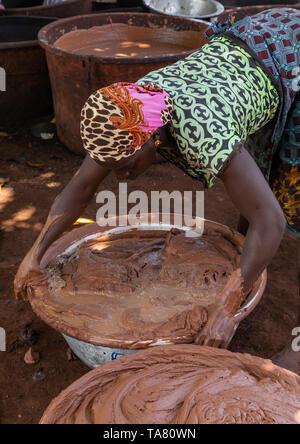 Senufo mujer prepairing manteca de karité La manteca de karité tradicional en una fábrica, distrito, Tcheregnimin Savanes, Costa de Marfil Imagen De Stock