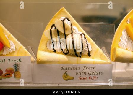 Vitrina venta de fruta fresca crepe con plátano y helado. Una de las favoritas al estilo japonés crepe de postre. Imagen De Stock