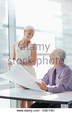 Gente de negocios trabajando juntos en la oficina Imagen De Stock