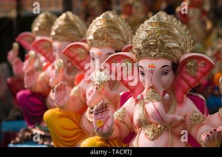 SSK - 35136 ldols de elefantes encabezada dioses hindúes señor Ganesh en posición sentada se alinearon a la venta durante el festival Ganpati Pune, Maharashtra, India Asia el 29 de agosto de 2014 Imagen De Stock