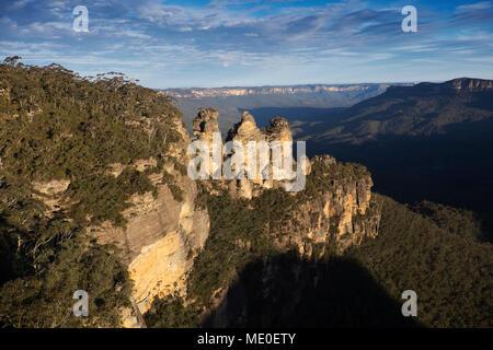 Las tres hermanas, formaciones rocosas y descripción del Parque Nacional Blue Mountains, en Nueva Gales del Sur, Australia Imagen De Stock