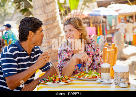 Hombre y mujer comer en la cafetería al aire libre Imagen De Stock