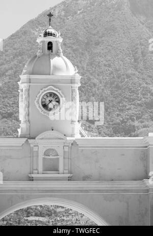 Arco de Santa Catalina o Arco de Santa Catalina como es conocido localmente en Antigua, Guatemala en Centroamérica en impresionante blanco y negro Imagen De Stock