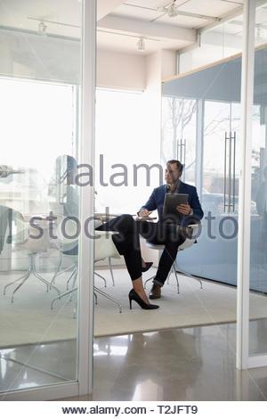 Los empresarios reunidos en una moderna sala de conferencias Imagen De Stock