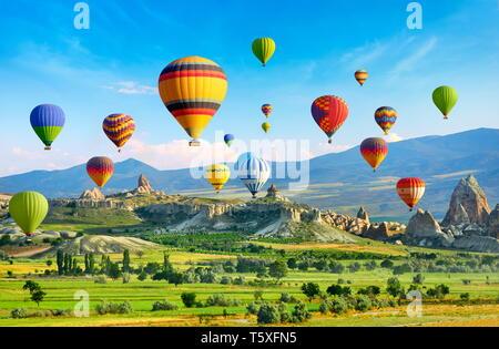 Vuelo en globo de aire caliente sobre el cielo, Cappadocia, Turquía Imagen De Stock