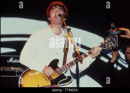 El grupo de rock británico Oasis con Noel Gallagher acerca de 1998 Imagen De Stock