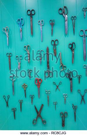 Una selección tijeras colgado en una pared. Imagen De Stock