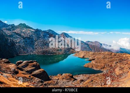 Hermoso lago Gosainkunda en Nepal. Imagen De Stock