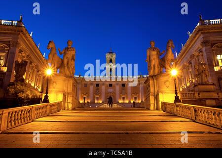 Escalera Cordonata diseñada por Miguel Ángel y la Piazza del Campidoglio al amanecer, Roma Lazio Italia Imagen De Stock