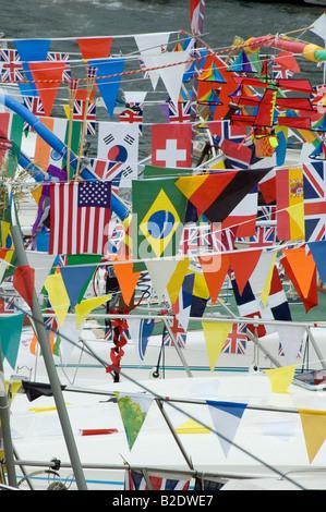 Banderas y bunting en embarcaciones fluviales en Maidstone river festival 2008 Imagen De Stock