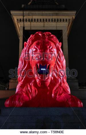 Estatua desde abajo en la noche. Por favor, alimentar a los Leones - Festival de diseño de Londres 2018, Londres, Reino Unido. Arquitecto: Es Devlin, 2018. Imagen De Stock