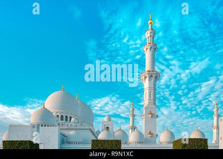 Foto del exterior de la mezquita de Sheikh Zayed, con bella arquitectura Imagen De Stock