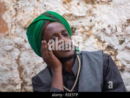 Harari clérigo islámico orando con los ojos cerrados durante una celebración sufi, Región Harari, Harar, Etiopía Imagen De Stock