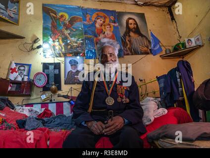 Veterano de la guerra italo-etíope en uniforme del ejército en el interior de su casa, la región de Addis Abeba, en Addis Abeba, Etiopía Imagen De Stock