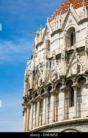 Ángulo de visión baja de un edificio religioso, el Baptisterio de San Juan, la Piazza dei Miracoli, en Imagen De Stock