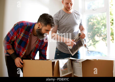 Una pareja gay masculina, pasando de embalaje Imagen De Stock