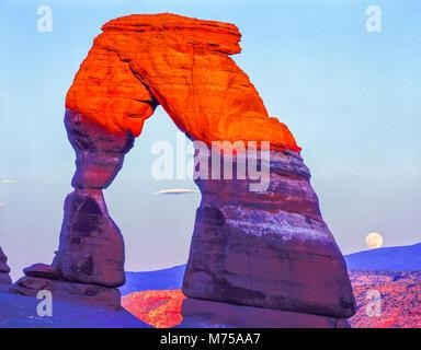 Luna en el arco delicado, Parque Nacional Arches, en Utah Imagen De Stock