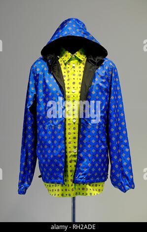 Chaqueta con capucha azul y camisa amarilla en la tienda escaparate maniqui Imagen De Stock