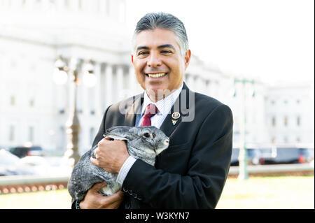 """Representante estadounidense Tony Cárdenas (D-CA) abogar por la aprobación de la """"Prevención de la Crueldad contra los animales y la Ley de la tortura"""" o """"pacto"""" en el Capitolio en Washington, DC. Imagen De Stock"""