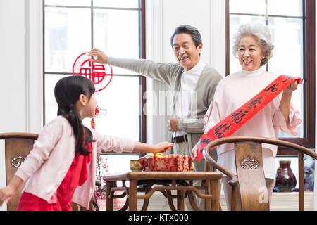 Familia Feliz decorar su casa para el Año Nuevo Chino Imagen De Stock
