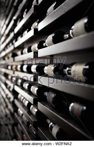 Las botellas de vino en una fila de racks Imagen De Stock