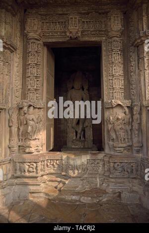 SSK - 944 bellamente y exquisitamente ordenados templo Chaturbhuja denominado con el ídolo del dios hindú Vishnu el Señor con esculturas y tallas Khajuraho, Madhya Pradesh, India Asia el 16 de diciembre de 2014 Imagen De Stock