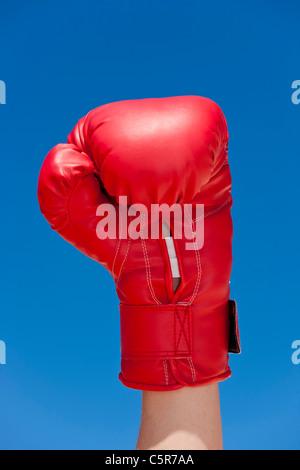 Un boxeador plantea un puño en la celebración. Imagen De Stock