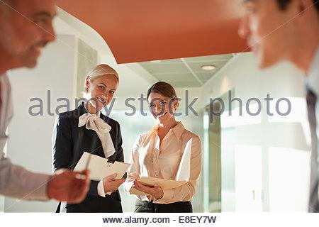 Los empresarios hablando en Office Imagen De Stock