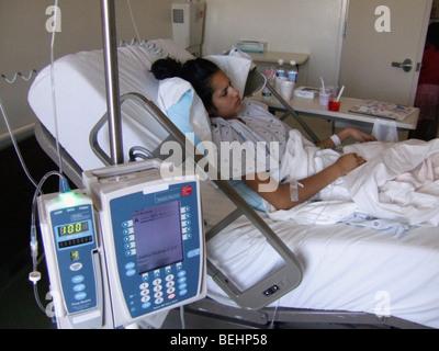 Paciente adolescente acostado en la cama de un hospital Imagen De Stock