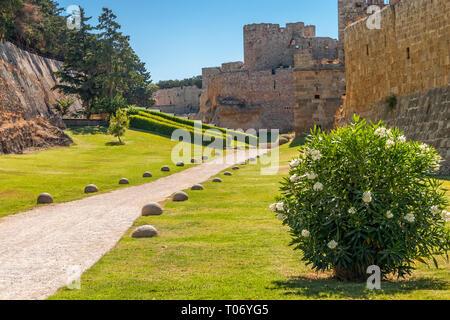 Ciudad vieja senda entre paredes masivas en Rodas Imagen De Stock