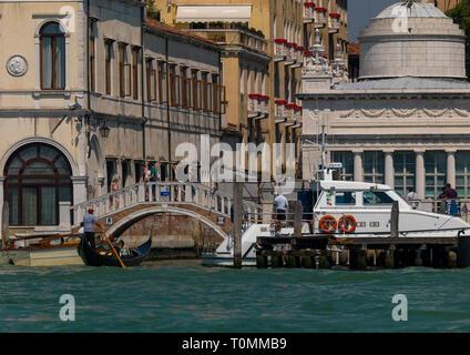 Puente y barco en horteras tof edificios antiguos en el gran canal, la región del Veneto, Venecia, Italia Imagen De Stock