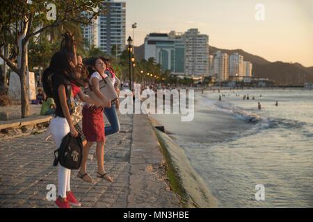 Las mujeres saltando de un selfie en el Malecón (costanera), en Santa Marta, Magdalena, Colombia Imagen De Stock