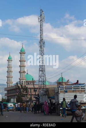Antena de telecomunicaciones delante de una mezquita, Oromia, Etiopía Karamile Imagen De Stock