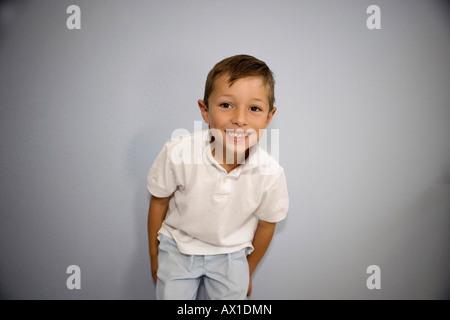 Niño sonriendo a la cámara Imagen De Stock
