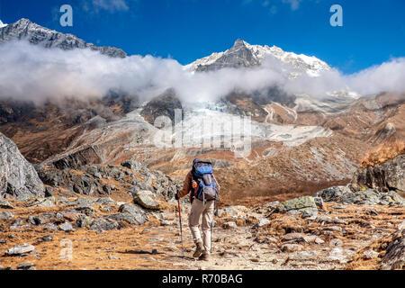 Nepal, caminante en Langtang Valle de Langtang Lirung macizo montañoso en el fondo Imagen De Stock
