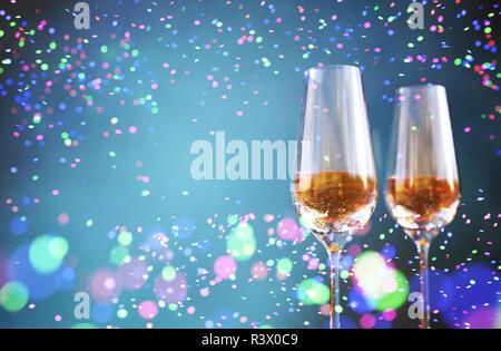 Copa de champán con coloridas luces borrosa abstracta para diseño de fondo festivo,3d ilustración Imagen De Stock