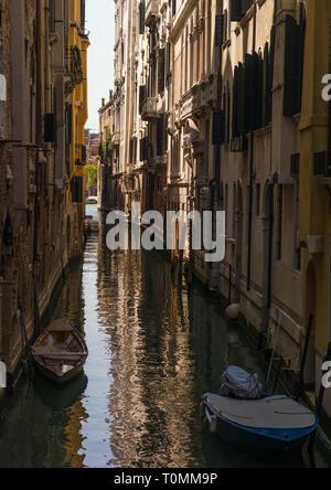 Canal pequeño en el casco antiguo de la ciudad, la región del Veneto, Venecia, Italia Imagen De Stock