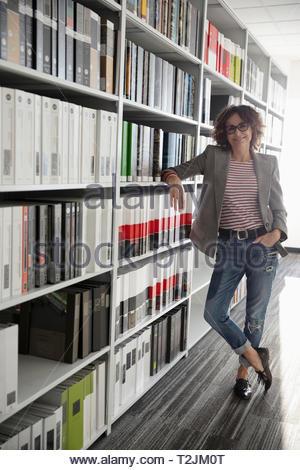 Retrato femenino confiada interiorista en design studio Imagen De Stock