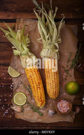 La mazorca de maíz asado con limón y sal Imagen De Stock