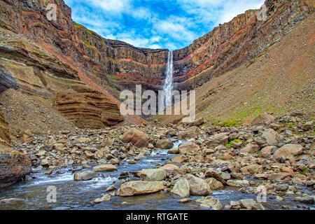 Hermosa cascada de Hengifoss en Islandia. Imagen De Stock