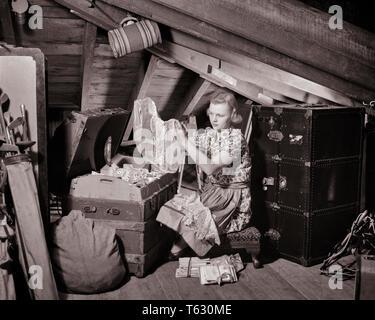 1930 1940 MUJER EN ABARROTE BUHARDILLA vistiendo delantal mirando a través del tronco de ropa vieja ropa de cama - s7466 HAR001 HARS ÁTICO Mantener conexión ABARROTE LINOS COSAS POSESIONES STUFF DESORDEN RECUERDOS ENLACES adulto joven mujer EN BLANCO Y NEGRO la etnia CAUCÁSICA HAR001 Old Fashioned conservar recuerdos guardados Imagen De Stock